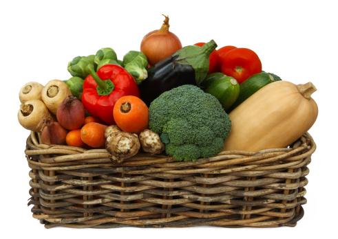 ニンジン「Basket piled high with fresh organic vegetables.」:スマホ壁紙(2)