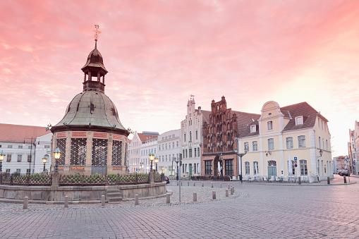 Town Square「Germany, Wismar, market square with Wasserkunst at twilight」:スマホ壁紙(18)