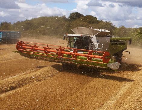 Agricultural Machinery「Combine Harvesting Crop」:スマホ壁紙(18)
