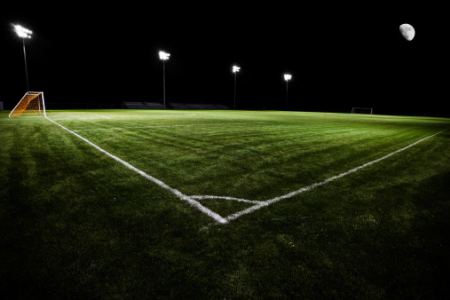 半月「夜のサッカーフィールド」:スマホ壁紙(5)