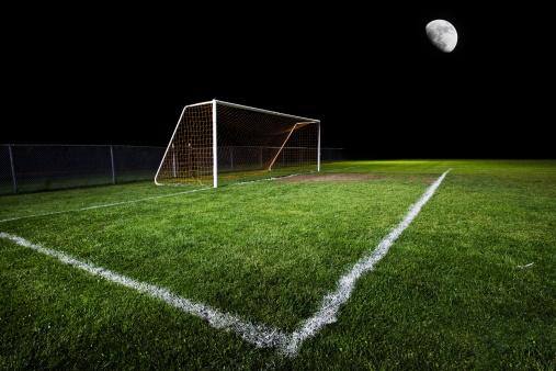 月「夜のサッカーフィールド」:スマホ壁紙(8)