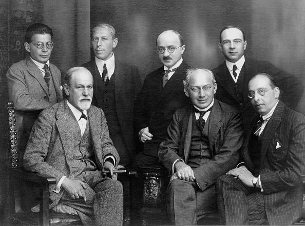 Coworker「Sigmund Freud (1856-1939) austrian psychoanalyst here seated left with psychoanalytic colleagues in 1922 : Ernest Jones, Sandor Ferenczi, Otto Rank, Max Eitingon, Karl Abrahamn et Hanns Sachs」:写真・画像(5)[壁紙.com]