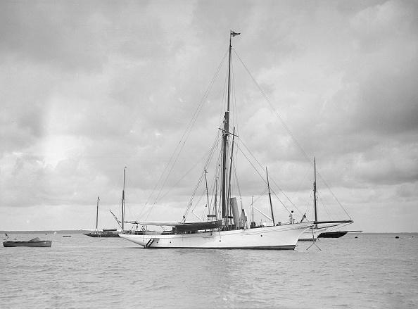 ヨットセーリング「The Cutter Yolande At Anchor」:写真・画像(2)[壁紙.com]
