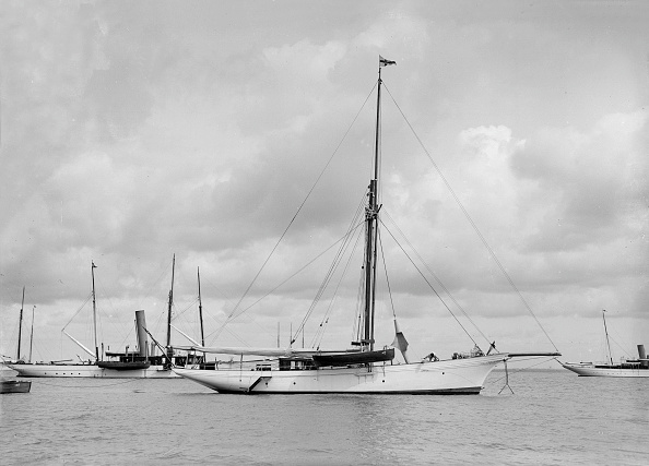 ヨットセーリング「The Cutter Yolande At Anchor」:写真・画像(1)[壁紙.com]