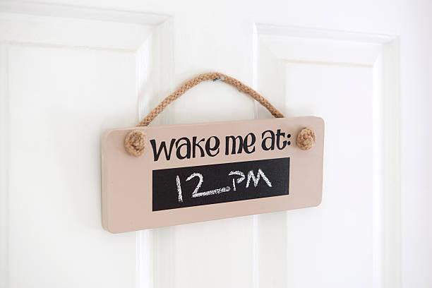 Wake me up sign on teenagers bedroom door:スマホ壁紙(壁紙.com)