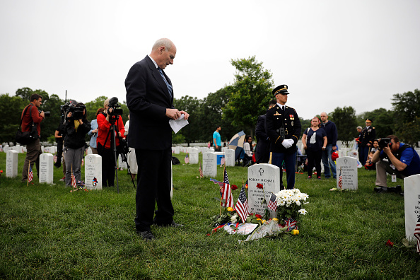 Aaron P「Memorial Day Visitors Pay Their Respects To The Fallen At Arlington Nat'l Cemetery」:写真・画像(19)[壁紙.com]