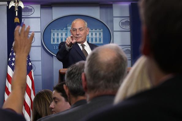 問う「Press Secretary Sarah Sanders Holds Daily White House Press Briefing」:写真・画像(1)[壁紙.com]