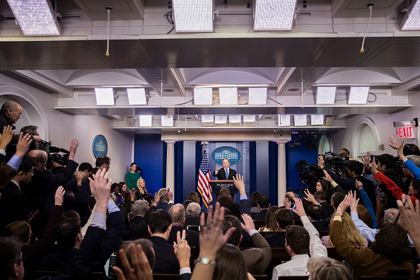 プレスルーム「White House Press Secretary Sean Spicer Holds Daily Press Briefing」:写真・画像(6)[壁紙.com]