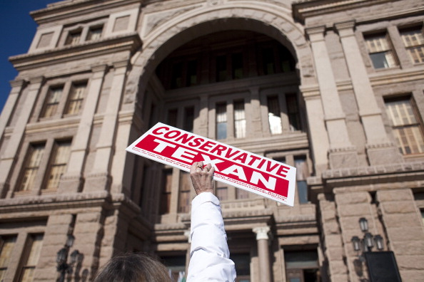 Holding「Tea Party Groups Hold Rally At Texas State Capitol」:写真・画像(13)[壁紙.com]