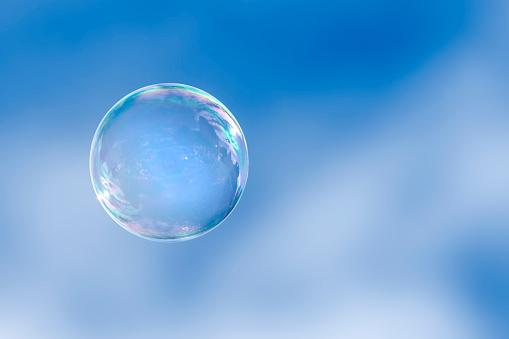 透明「Soap bubble floating in a blue sky」:スマホ壁紙(7)
