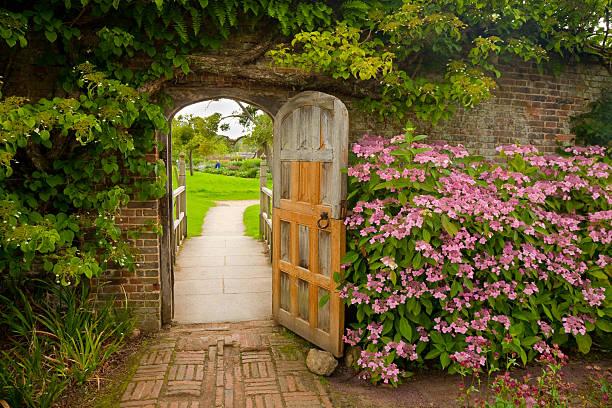アジサイを飾った壁の庭園:スマホ壁紙(壁紙.com)