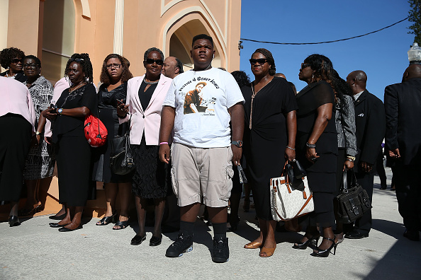 Large Group Of People「Funeral Held For Corey Jones, Shot And Killed By Plainclothes Police Officer」:写真・画像(1)[壁紙.com]