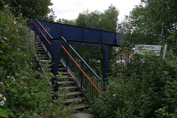 Footpath「Access from the footbridge on to public footpath at Lapworth station」:写真・画像(19)[壁紙.com]