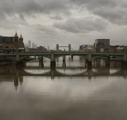 London Bridge - England「Grey London Bridge Reflections」:スマホ壁紙(19)