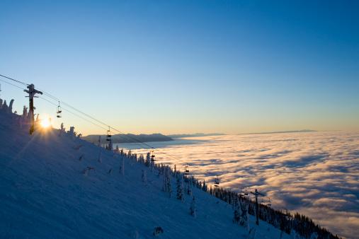 スキー「USA, Montana, Whitefish, Ski lift on mountain over clouds」:スマホ壁紙(1)