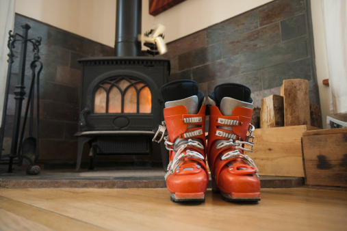 スキーブーツ「USA, Montana, Whitefish, Ski boots drying in front of fireplace」:スマホ壁紙(0)