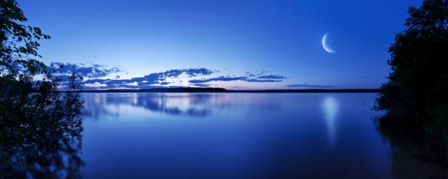 半月「夜の湖」:スマホ壁紙(9)