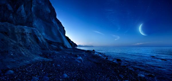 三日月形「夜の山々と海」:スマホ壁紙(11)