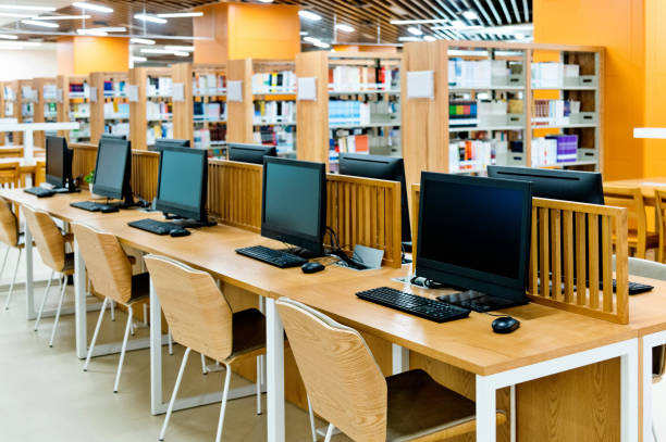 Computer and bookshelves in modern library:スマホ壁紙(壁紙.com)