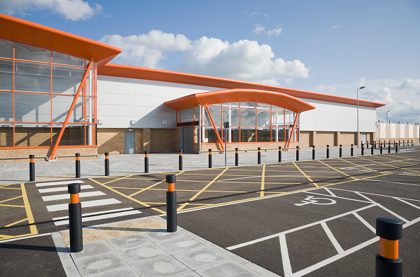 Road Marking「The new B&Q store development in Dover, built to replace the old store in the centre of the town with restricted access.  Located on the outskirts of Dover with ample parking and good links to the A2 the store is due to open in 2009.  The building was co」:写真・画像(8)[壁紙.com]