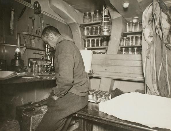 Scientific Exploration「Robert Clark In Laboratory」:写真・画像(4)[壁紙.com]