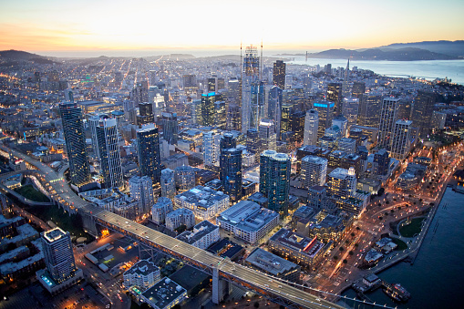 USA「Aerial photography view by Twilight south-west of Rincon Hill and San Francisco Financial District in the San Francisco Bay Area. California, United States.」:スマホ壁紙(19)