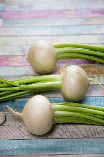 Turnip「Three turnips on colourful wood」:スマホ壁紙(2)