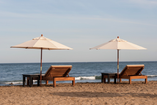 Sayulita「Two Wooden Lounge Chairs And White Umbrellas On The Beach」:スマホ壁紙(4)