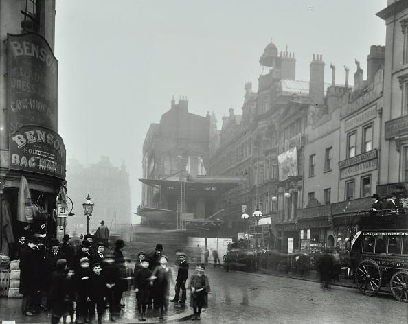 1900-1909「Crowd Of People In The Street, Tottenham Court Road, London, 1900」:写真・画像(3)[壁紙.com]