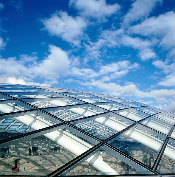 Geometric Shape「Exterior detail of largest glass span roof: Great Glass House, National Botanic House of Wales Carmarthenshire, Wales, United Kingdom Designed by Norman Foster and Partners」:写真・画像(5)[壁紙.com]