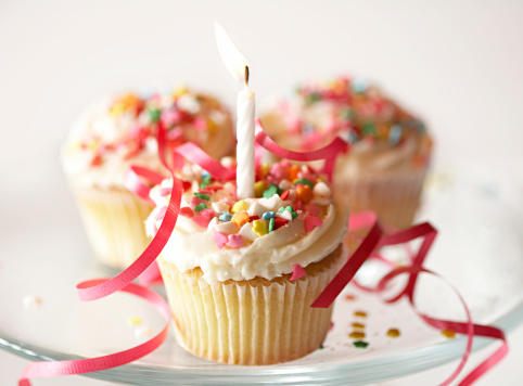 Birthday Cake「Cupcakes with icing, sprinkles and candle, elevated view」:スマホ壁紙(15)