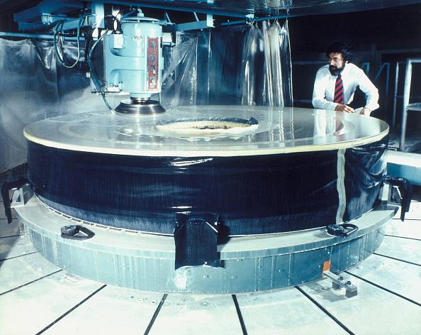 Hubble Space Telescope「Polishing the mirror of the Hubble Telescope, 1980s.」:写真・画像(15)[壁紙.com]
