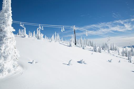 Gondola「Woman enjoys sunny powder day while skiing in Whitefish, Montana」:スマホ壁紙(8)