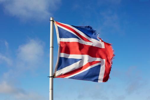 ユニオンジャック「Torn Union flag against blue sky」:スマホ壁紙(17)