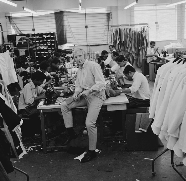 Medium Group Of People「Bobby Moore At His Factory」:写真・画像(15)[壁紙.com]