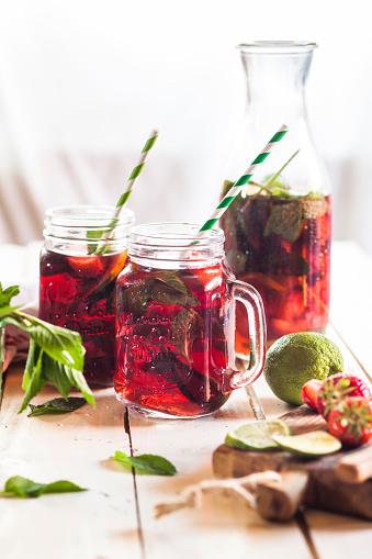 Ice Tea「Iced tea with fruits, hibiscus, strawberries, mint, limes」:スマホ壁紙(19)