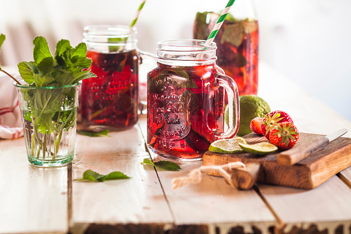 Ice Tea「Iced tea with fruits, hibiscus, strawberries, mint, limes」:スマホ壁紙(1)