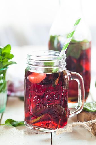 Ice Tea「Iced tea with fruits, hibiscus, strawberries, mint, limes」:スマホ壁紙(18)