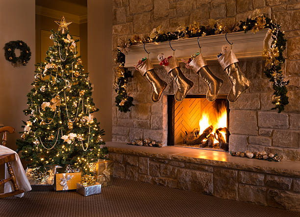 Gold Theme Christmas Eve: tree, fireplace, stockings, gifts, mantel, hearth:スマホ壁紙(壁紙.com)