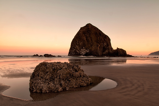 Haystack Rock「Cannon Beach at dawn in summer, Oregon, USA」:スマホ壁紙(4)
