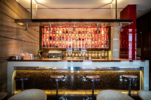 Refreshment「A bar with stools and drinks shelf in a modern restaurant」:スマホ壁紙(11)