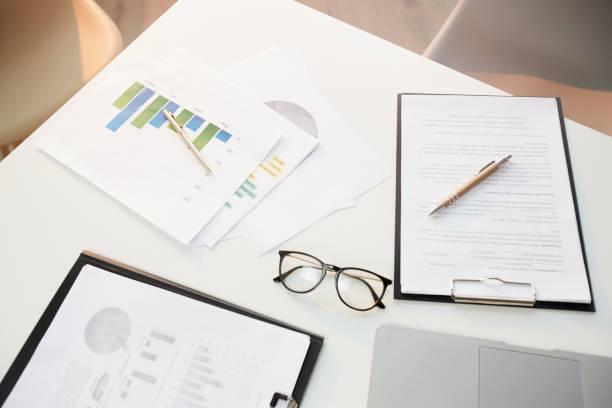 Above view of business documents, pen, eyeglasses on office desk, finance and budget concept:スマホ壁紙(壁紙.com)