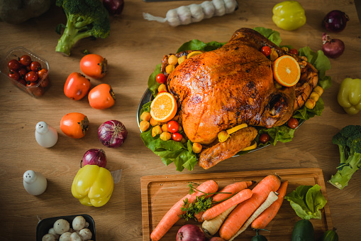 Stuffed Turkey「Above view of Thanksgiving turkey with vegetables.」:スマホ壁紙(6)