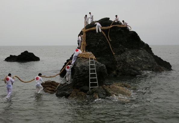 日本の神社「Meoto Iwa Ooshimenawahari Ceremony」:写真・画像(15)[壁紙.com]