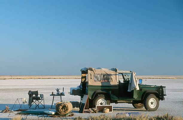 Side View of 4x4 and Camping Site on the Magadikgadi Salt Pans:スマホ壁紙(壁紙.com)