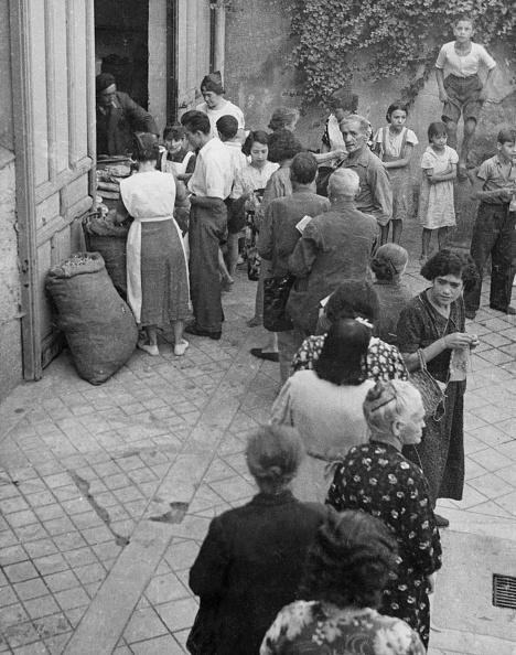 Waiting In Line「Food Rationing In Madrid」:写真・画像(3)[壁紙.com]