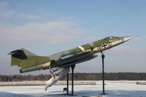 打ち上げロケット「A preserved F-104G Starfighter with booster rockets pack to avoid damaged runway take-offs, Gatow Airfield, Germany.」:スマホ壁紙(8)