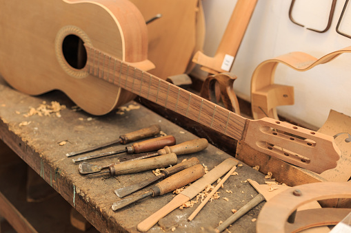 Electric Guitar「Unfinished acustic guitar and tools in workshop」:スマホ壁紙(11)
