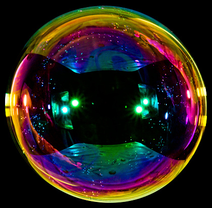 Rainbow「Big soap bubble on black background」:スマホ壁紙(3)