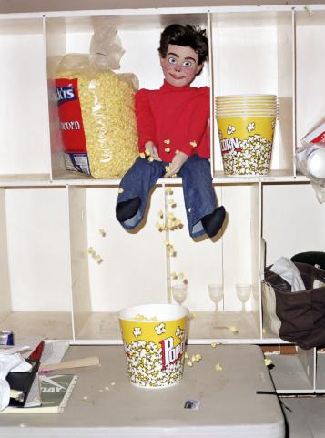 Ventriloquist's Dummy「Ventriloquist dummy sitting on shelf with popcorn」:スマホ壁紙(8)